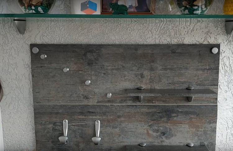 Автор использовала для настенного органайзера полки и крючки разного размера и формы. Но заметьте: они все выдержаны в одном стиле, и это выглядит весьма достойно