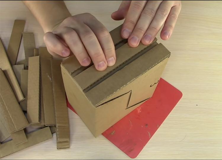 В этом случае получилось три ряда полосок, но их может быть больше или меньше, в зависимости от высоты вашей шкатулки