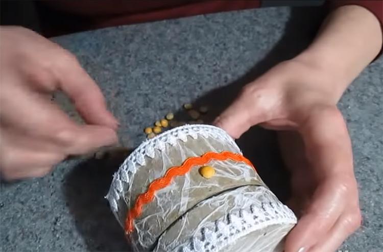 Декором могут служить даже половинки гороха. Подберите ровные и целые части и приклейте их на горячий клей