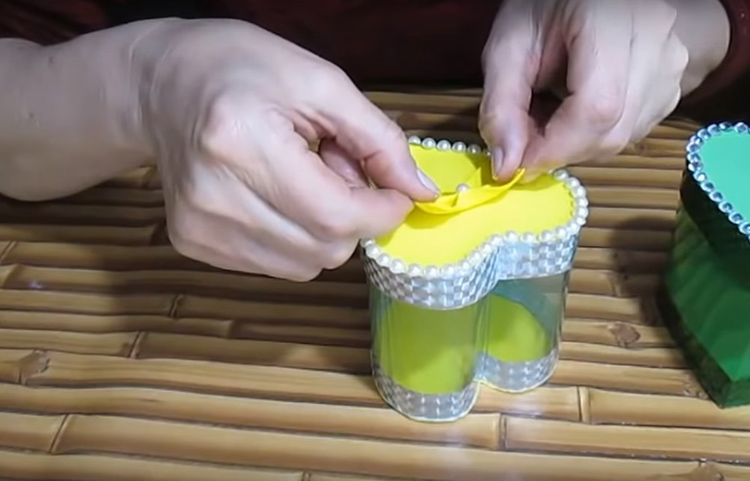 Украсьте крышку кокетливым бантиком или цветком
