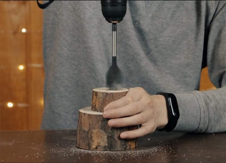 В высокой части заготовки нужно сделать углубление. Для этого пригодится специальное сверло, но можно поработать и вручную, выбирая древесину стамеской