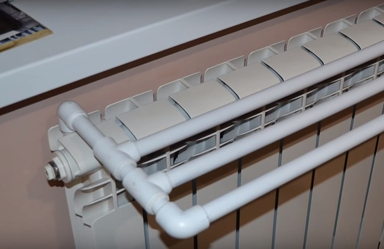 Преимущества такой сушилки в том, что она лёгкая, совершенно не боится воды, не занимает много места для хранения, не провисает и не пачкается. Если вам нужно срочно просушить пару пелёнок или полотенце после принятия ванной – лучше устройства не придумаешь