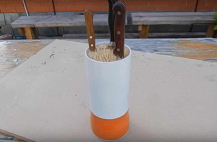 Здесь могут поместиться самые востребованные на вашей кухне инструменты. Вы без труда найдёте их при необходимости и так же легко поставите на место после использования