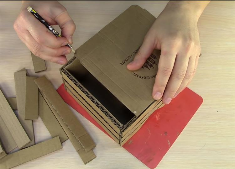 Отмерьте крышку ровно по размерам будущей шкатулки и обрежьте всё лишнее