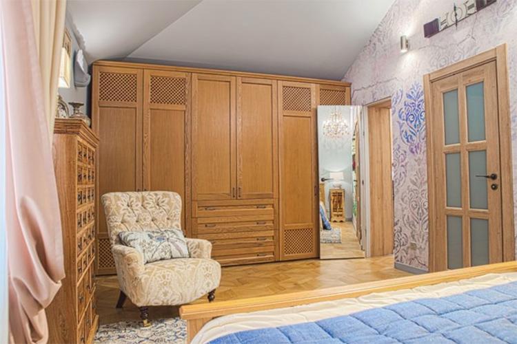 Кресло с ушками в английском стиле идеально вписалось в колониальный дизайнФОТО: sofiadoors.com