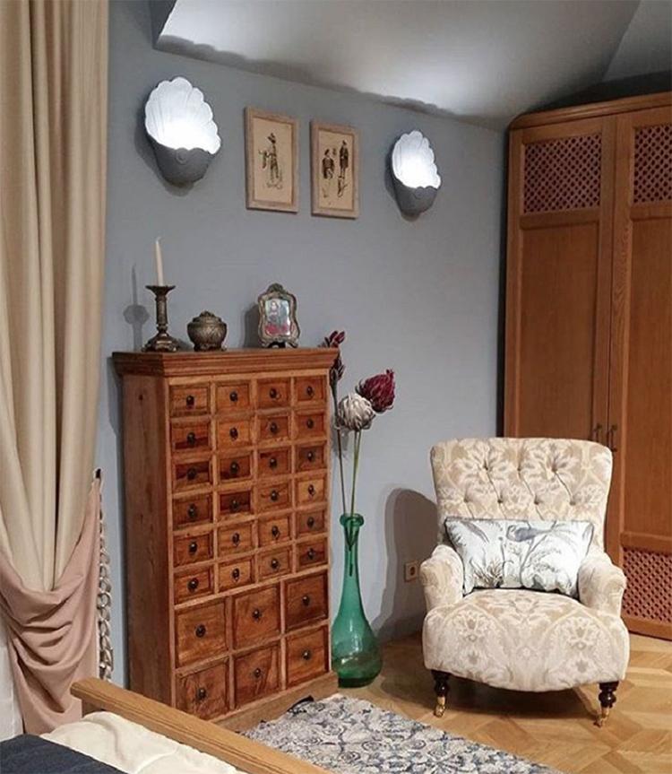 Настенные бра в виде ракушек с направленным вверх светом создают романтическую обстановку в спальнеФОТО: starhit.ru