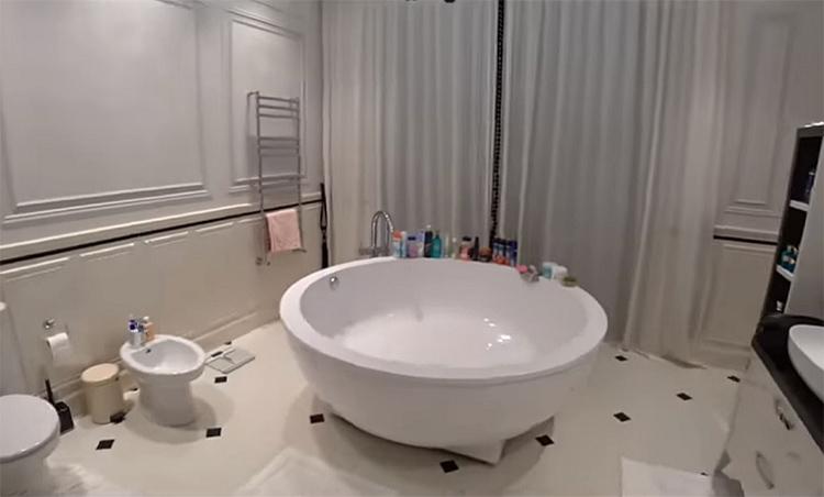 Принимая ванну, можно релаксировать, глядя на живописную природу через панорамное окно