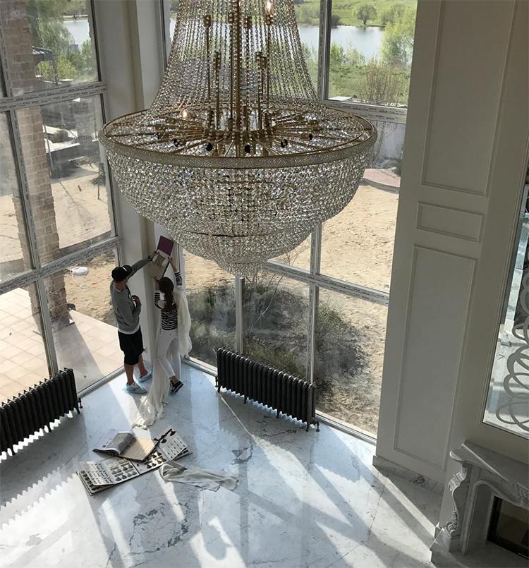 Полы в гостиной выложены натуральным мрамором
