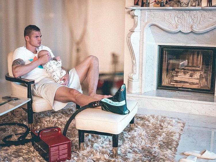 Дмитрий Тарасов любит отдыхать возле камина