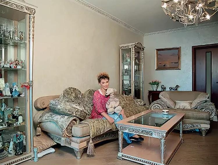 Современная люстра прекрасно вписалась в классический интерьер гостинойФОТО: kvartiravmoskve.ru