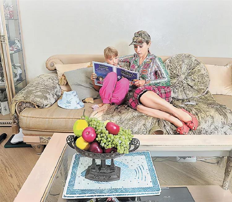 Диван украшают круглые декоративные подушки в тон подлокотниковФОТО: peoples.ru