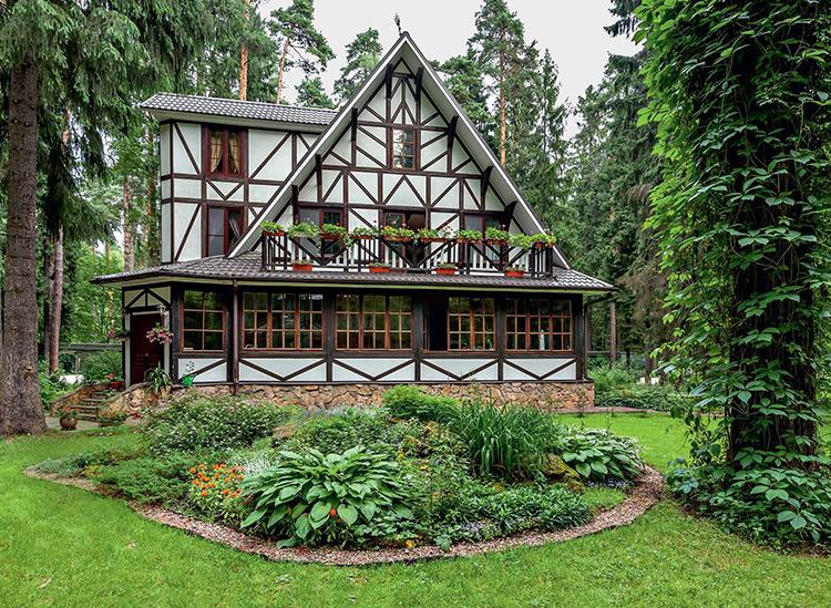 Подчеркнуть красоту фасада решили альпийскими горками и зелёным газономФОТО: admagazine.ru
