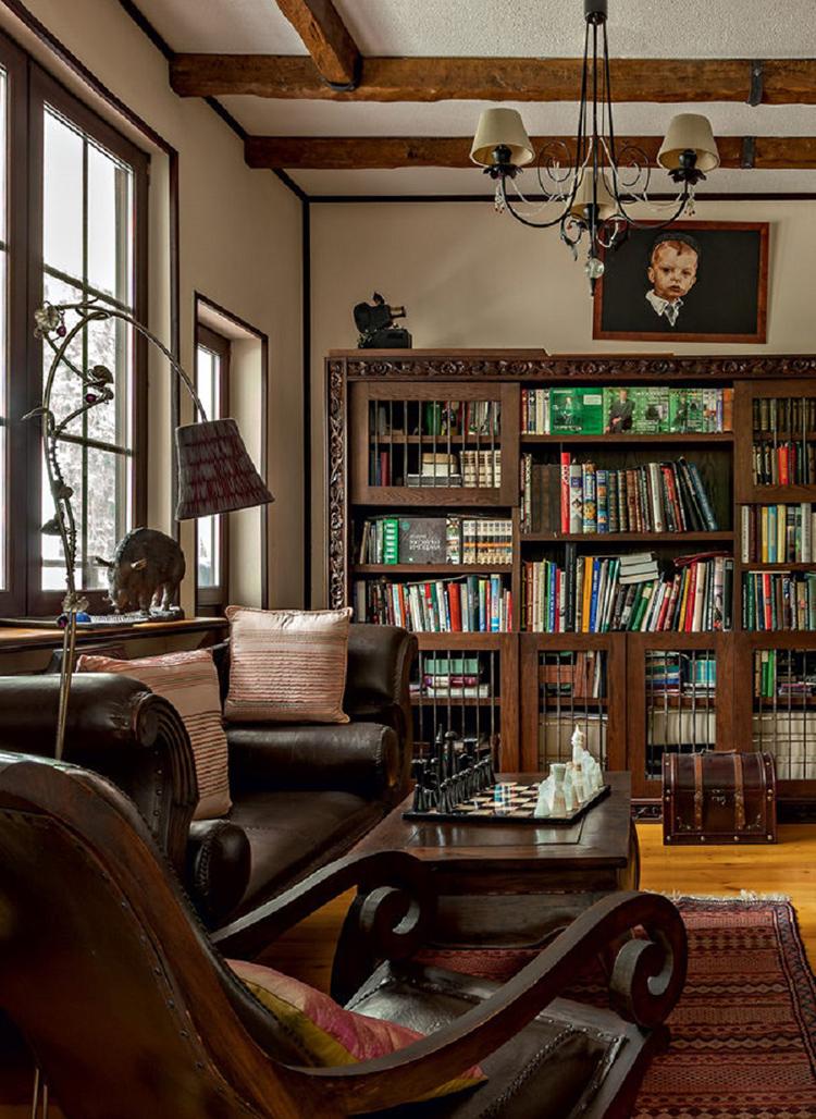 Массивная мебель из натуральной кожи идеально вписалась в стилистику кабинетаФОТО: admagazine.ru