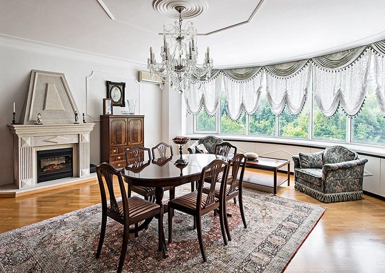 Мебель в гостиной изготовлена из натурального дереваФОТО: museblog.ru