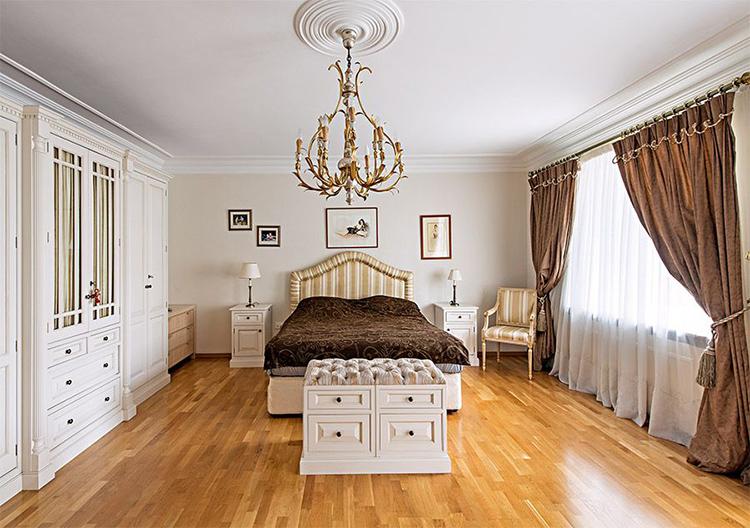 Родители Александра Тарасова увлекаются живописью, поэтому вся квартира рэпера украшена их лучшими картинами и постерамиФОТО: houses.ru