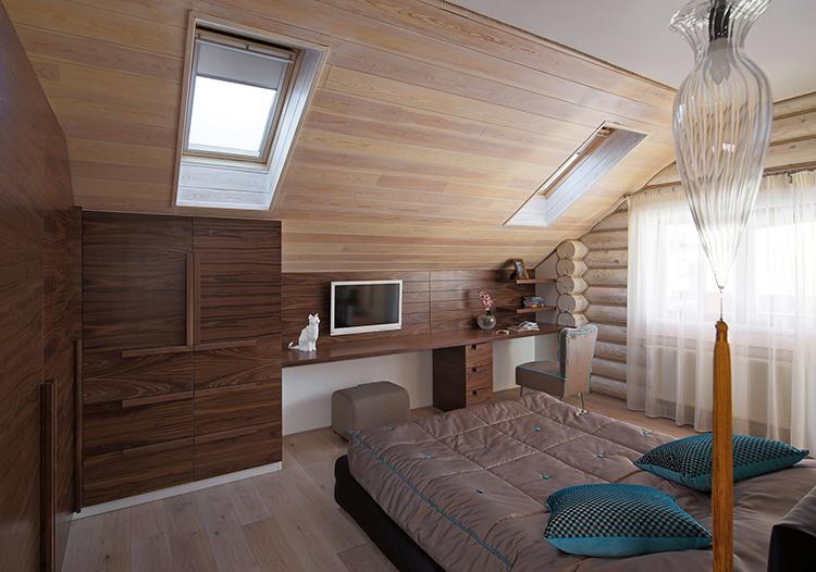 ФОТО: planirovkainfo.ru К боковой стенке шкафа закрепили полочку из натурального дерева, которая служит артисту рабочим столом