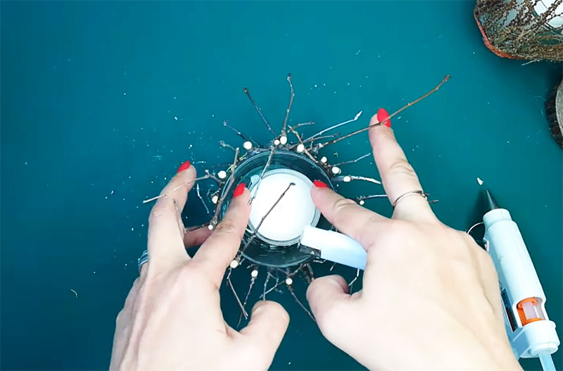 Чтобы пользоваться подсвечником, достаточно поместить внутрь настоящую или электрическую свечу. Электрическую, кстати, безопаснее. Такой небольшой приборчик с мигающим, как язычок пламени, светодиодом можно купить в Фикспрайсе
