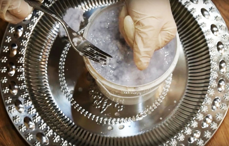 Когда каркас получит нужный объём, следует зашлифовать его с помощью папье-маше. Нарвите бумажные салфетки и замочите их в растворе обойного клея или домашнем клейстере. Его можно сделать, заварив в воде муку или крахмал