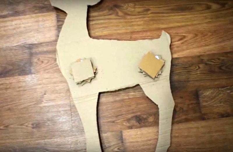 Чтобы фигура получилась не плоской, а объёмной, соберите детали, прокладывая между ними вот такие куски картона по 5-6 штук в пачке. Для склеивания используйте ПВА