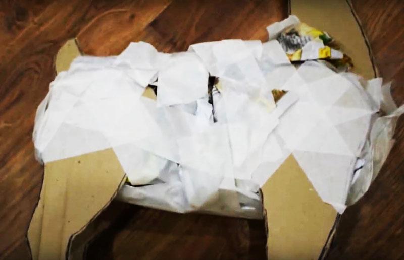 Для придания формы обмотайте фигуру строительным скотчем или полосами бумаги, закрепляя их клеем