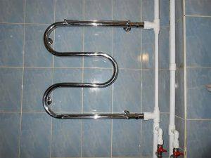 Сияющее тепло вашей ванной комнаты: выбираем водяной полотенцесушитель из нержавеющей стали