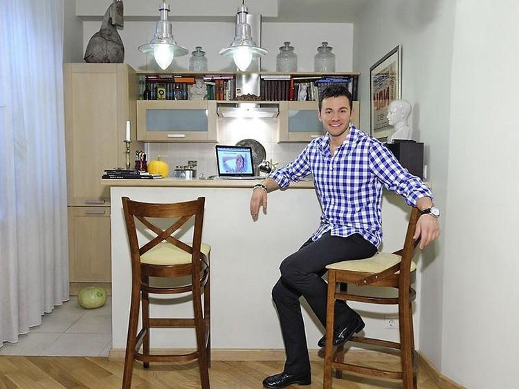 Столешница барной стойки служит рабочим столиком шоуменуФОТО: nedvijdom.ru