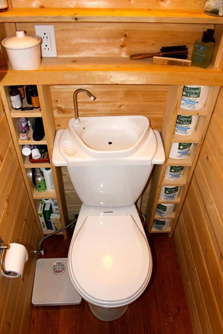 Такое решение позволит сэкономить место в небольшой совмещенном санузле, либо в дачном туалете