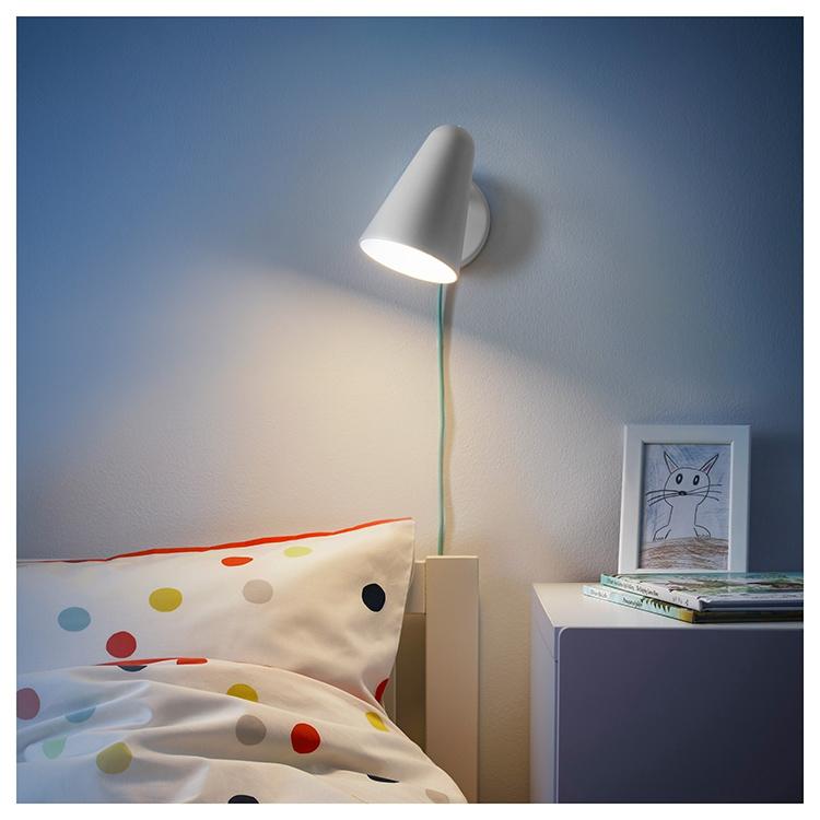 Светильник позволяет отрегулировать угол освещения и яркость, чтобы малыш не отвлекал родителей