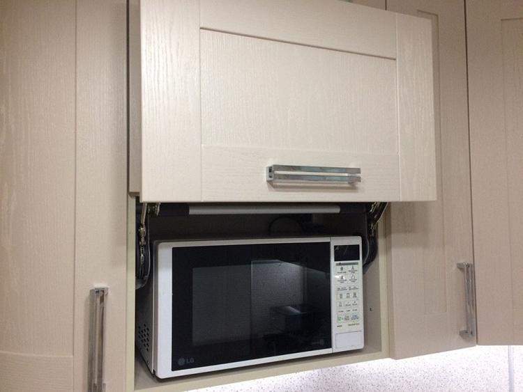 Минусом встроенной варианта является отсутствие рядом мест, куда можно сразу поставить горячую тарелку