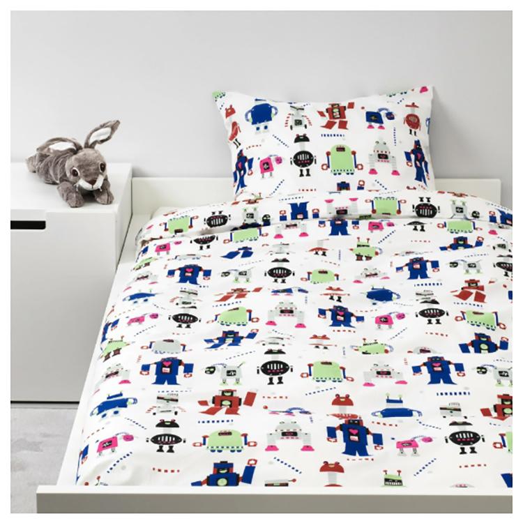 Яркое постельное бельё создаёт атмосферу уюта, а светильник с регулируемым уровнем освещения позволяет малышу играть, не мешая взрослым
