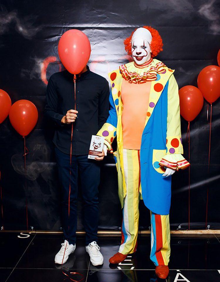 А вот и сам зловещий клоун и его литературный родитель