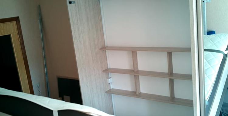 Внутри конструкции смонтировали небольшую полочку для мелких предметов