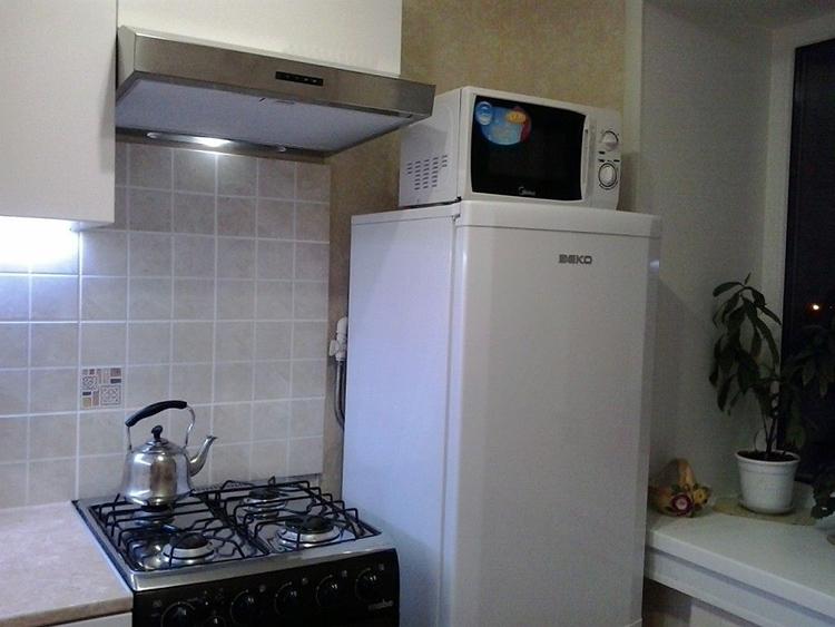 Лучше всего такой вариант подойдёт для кухонь с небольшим холодильником