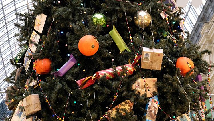 Вы можете просто повесить яркую конфетку на нитке, это уже будет выглядеть очень мило, а когда вы будете расставаться с праздником, эта конфетка поднимет вам настроение