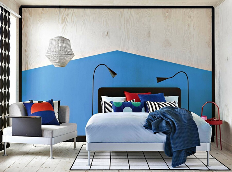 Часть стены имитирует изголовье кровати