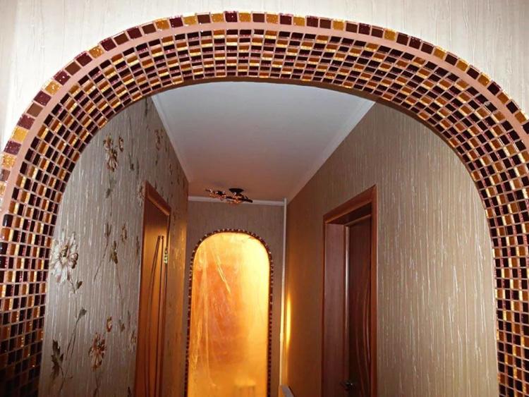 Такие арки могут быть оформлены различными объемными элементами под натуральную лепнину