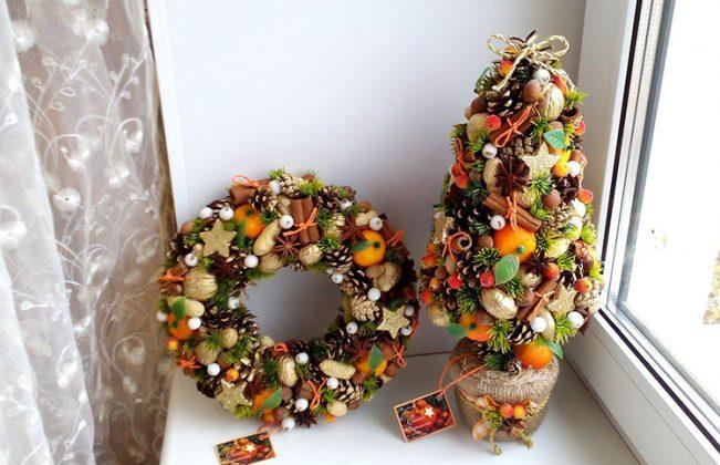 Смело используйте для декорирования в комплекте к шишкам специи. Палочки корицы, звёздочки бадьяна, ягоды можжевельника и сушёная цедра – всё это сделает ваш декор неповторимым и очень ароматным