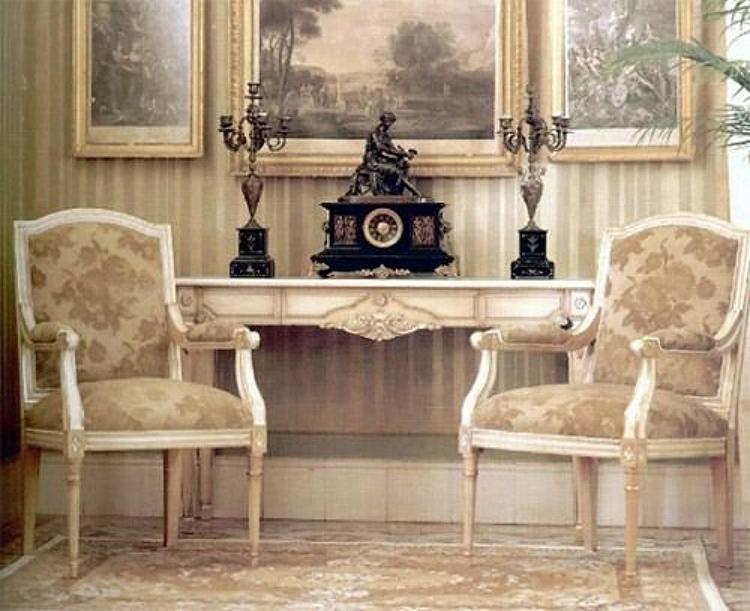 Интерьер в стиле классицизма отличается сдержанной цветовой гаммой в сочетании с роскошностью формы