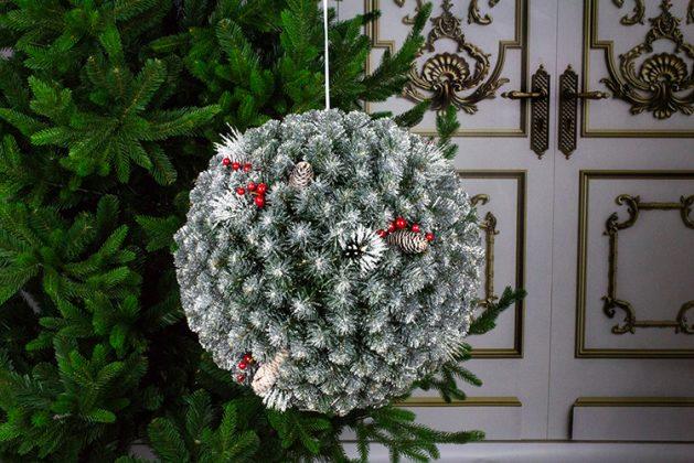 Если сделать такой шар из шишек и поместить внутрь него гирлянду или лампу, получится оригинальный светильник, который можно повесить и в доме, и в саду
