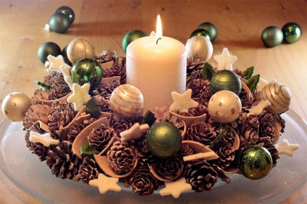 Новогоднюю сервировку органично дополнит красивый подсвечник из шишек и ёлочных игрушек