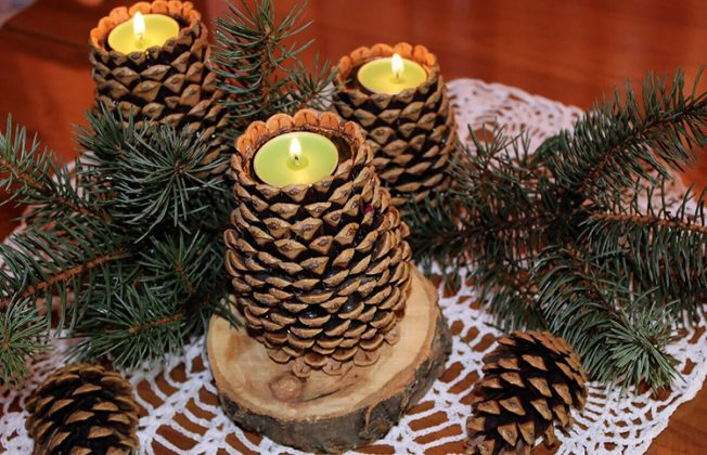 Из крупных кедровых шишек можно сделать подставки для небольших свечей