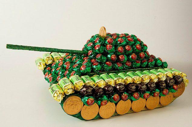 Любителю игры в танки точно понравится такая композиция из конфет. Для основы используйте картонную модель боевой машины