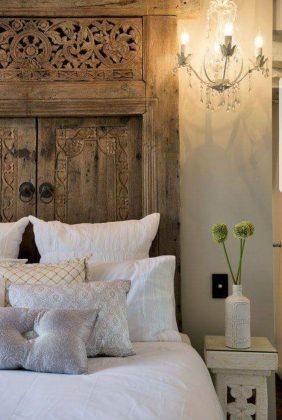 Старинные двери, окна или ширмы, винтажные предметы – всё это может быть использовано в качестве изголовья или для его декорирования