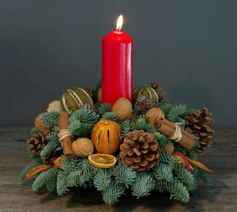 В оформлении свечи тоже можно использовать еловые веточки и ароматные специи