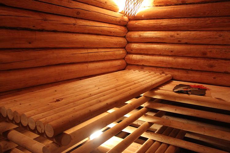 Оформить внутреннее пространство бани можно по-разному