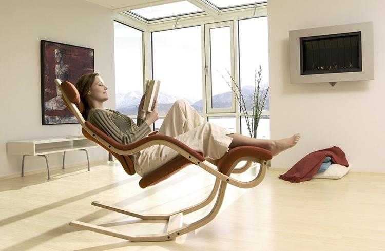 Кресла-качалки с полозьями имеют множество оригинальных конструкций