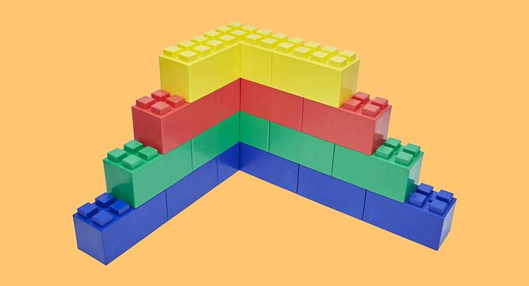 Возведение стен из блоков EverBlock аналогично созданию игрушек из конструктора «Лего»