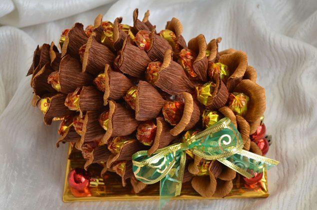Очень интересная идея для конфетного презента – кедровая шишка