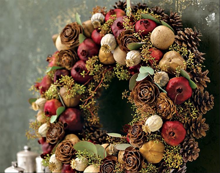 В поделке из еловых шишек можно использовать сушёные фрукты и овощи, специи и ароматные травы