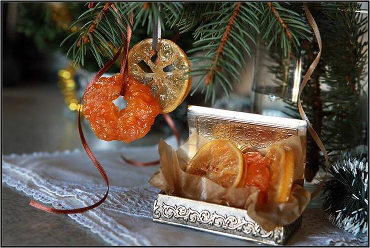 Можно украсить новогоднее дерево самодельными цукатами, просто подвесив их на яркой ленте